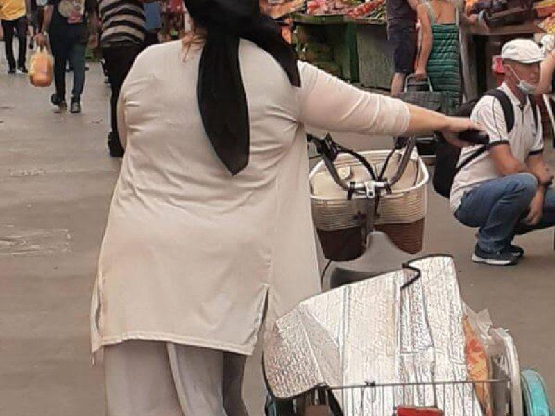 אישה קונה באטליז משלוחים בתל אביב- האחים אהרון